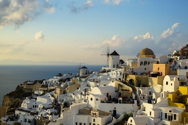 Abendlichtszene von santorini weißen stadtbild und windmühle,