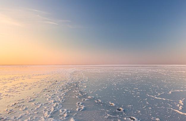 Abends auf dem salzsee drohnenblick