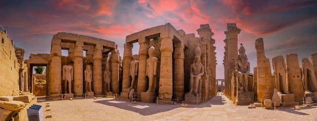 Abends skulpturen altägyptischer pharaonen und zeichnungen auf den säulen des luxor-tempels. ägypten