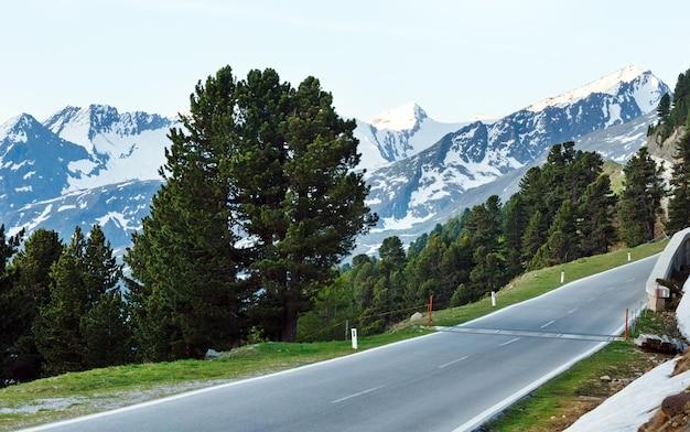 Abendsommer berglandschaft. blick vom timmelsjoch - hochgebirgsstraße an der italienisch-österreichischen grenze.