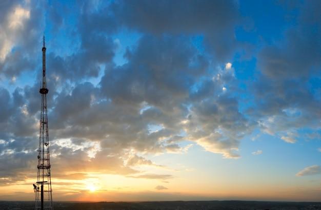 Abendsonnenunterganghimmel mit wolken über der stadt lemberg und blick auf den fernsehturm (ukraine, blick vom hügel