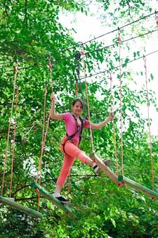 Abenteuer klettern hochseilgarten - wandern im seilpark mädchen
