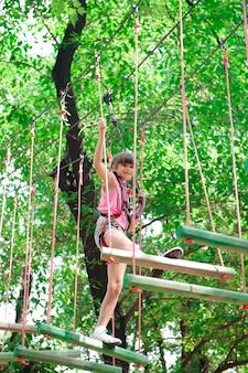 Abenteuer klettern hochseilgarten - wandern im seilpark mädchen.