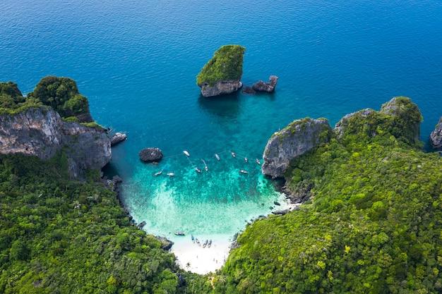 Abenteuer-stil in der saison thailändische und ausländische touristen reisen langstreckenboot und fahren korallen sehen