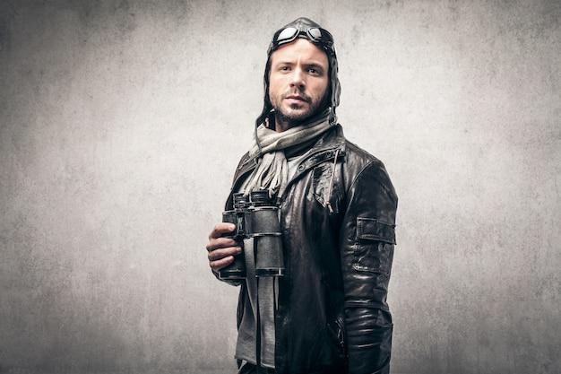 Abenteuerlustiger pilot mit fernglas