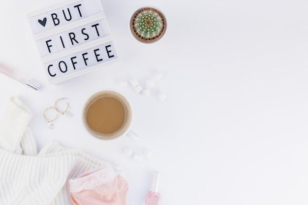 Aber zuerst kaffeetext auf lightbox mit kaffeetasse und weißem hintergrund