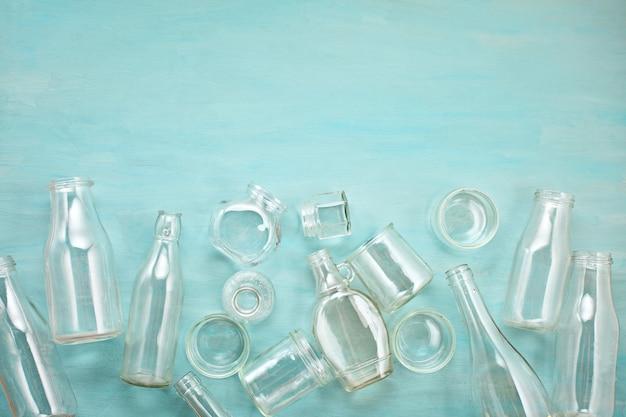Abfälle von verschiedenen glasbehältern bereit zum recycling