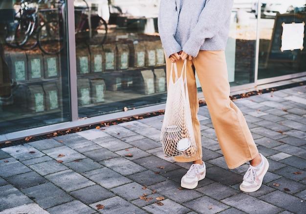 Abfallarmes plastikfreies lifestyle-konzept eco mesh shopper im freien mit kopierraum