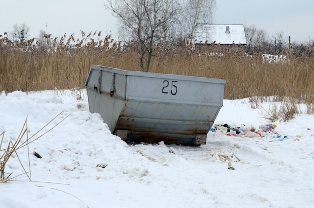 Abfalleimer an der seite der straße im winter mit lippenabfallbehälter-winterschnee.