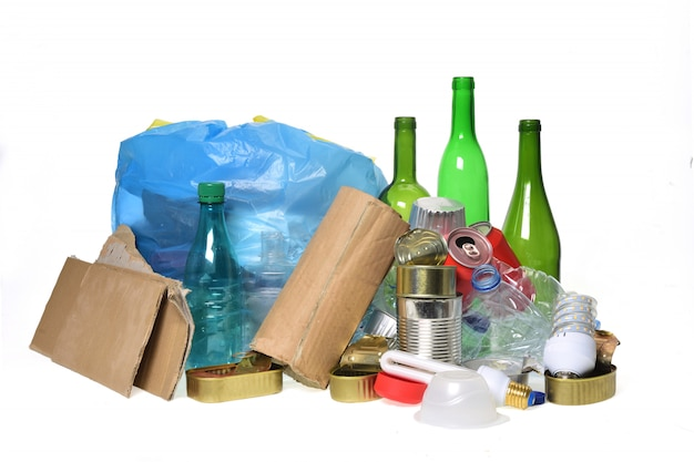 Abfalleimer zum recycling mit, glasflaschen, dosen, plastikflasche und glühbirne