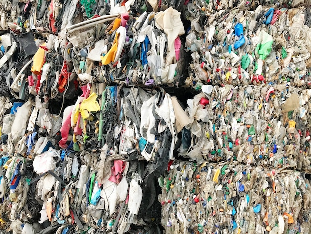 Abfallhaufen wird recycelt.