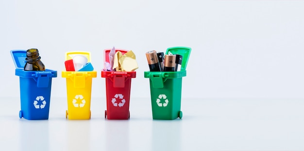 Abfallwirtschaftskonzept. plastikbehälter für verschiedene arten von müll mit kopienraum. banner.