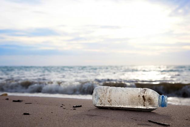 Abfallwirtschaftskonzept, plastikflasche auf dem sandstrand.