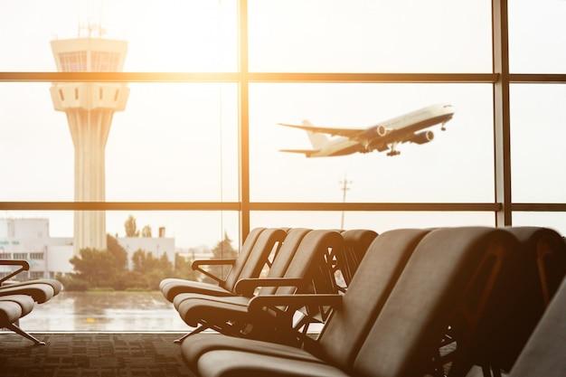 Abflug vom flughafen mit kontrollturm und flugzeug