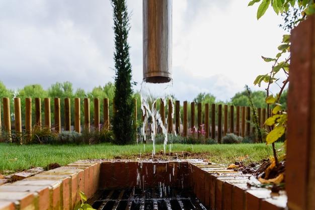 Abflussrinne, die wasser nach regen ausgibt.