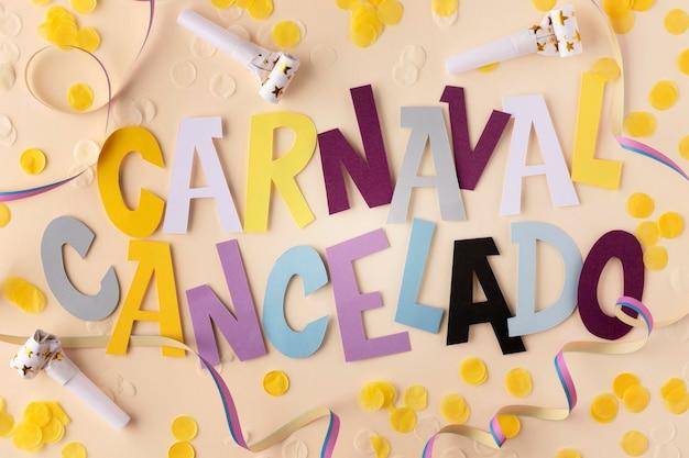 Abgebrochener karneval mit konfetti-draufsicht