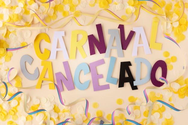 Abgebrochener karneval mit konfetti-flachlage
