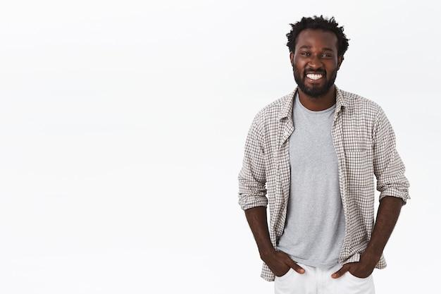 Abgehender, geselliger, glücklicher afroamerikaner mit bart, afro-haarschnitt
