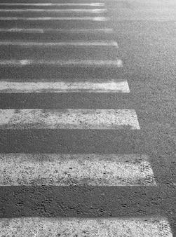 Abgenutzter zebrastreifen auf der straße zur sicherheit, wenn menschen die straße überqueren.