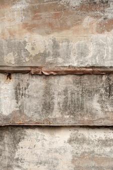 Abgenutztes holz mit rostiger metalloberfläche