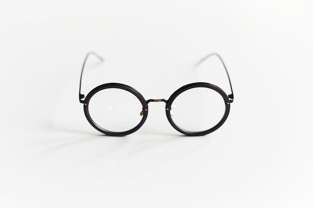 Abgerundete vintage-plastikgläser lokalisiert auf weißem hintergrund. werbefoto von abgerundeten plastikbrillen. optisches modekonzept. nur retro-brille am weißen hintergrund
