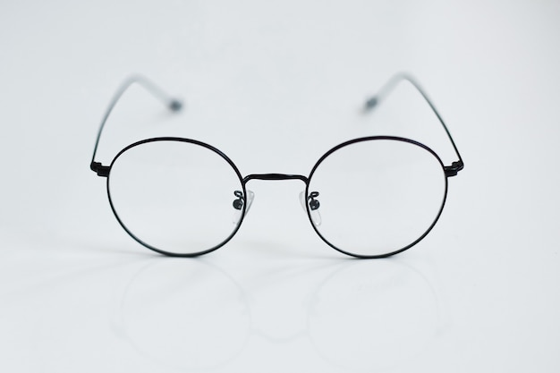 Abgerundete weinlesegläser lokalisiert auf weißem hintergrund. werbefoto von abgerundeten metallbrillen. optisches modekonzept. nur retro-brille am weißen hintergrund