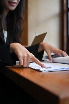 Abgeschnittene weibliche personalabteilungen, die den lebenslauf lesen.
