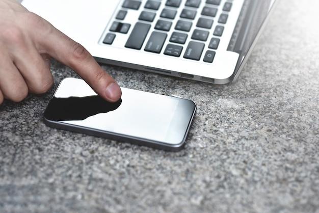 Abgeschnittenes bild einer jungen frau, die anwendungen und multimedia-programme mit einem mobilen smartphone herunterlädt