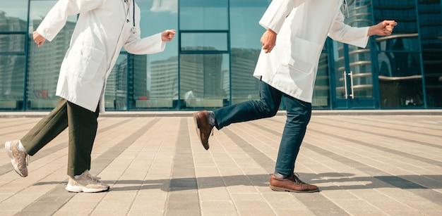 Abgeschnittenes bild von medizinern, die durch die krankenhauslobby laufen