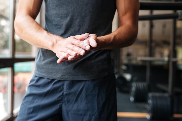 Abgeschnittenes foto eines fitten körpers im fitnessstudio