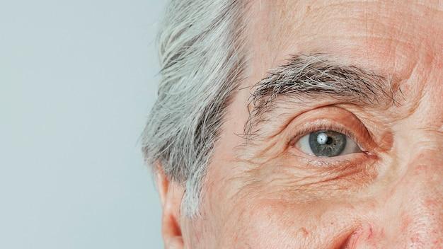 Abgeschnittenes gesicht eines älteren mannes