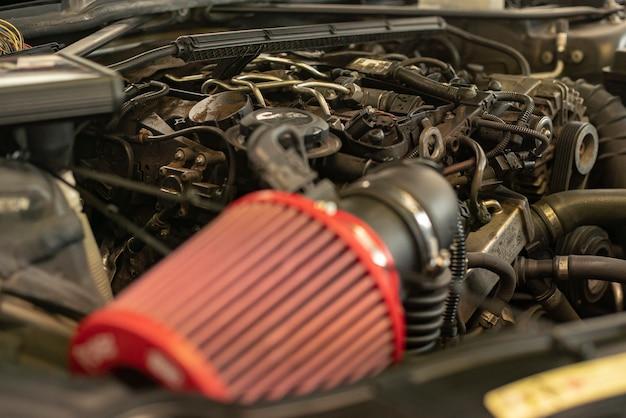 Abgestimmtes automotordetail in einer werkstatt während des tunings