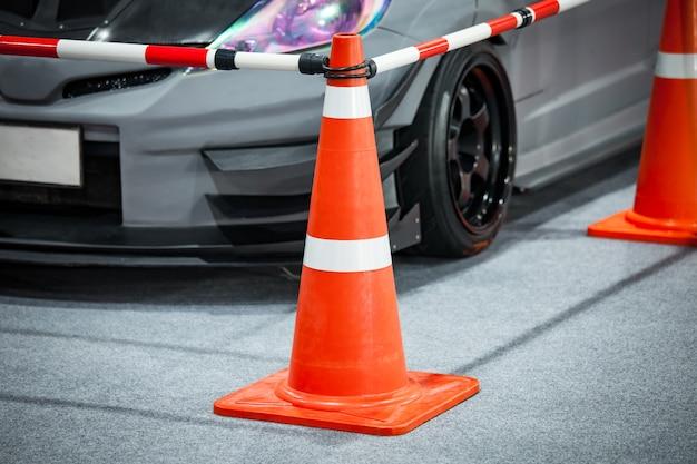 Abgestimmtes kundengebundenes auto im parken mit kegeltrennwand
