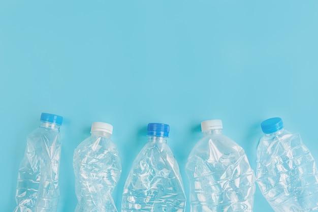 Abgestürzte plastikflaschen. recycling-kunststoff-nutzungskonzept. ökologisches problem, umweltverschmutzung, draufsicht, kopierraum, flache lage.