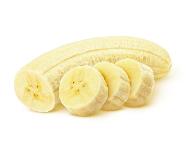 Abgezogene bananenscheiben auf weißer oberfläche