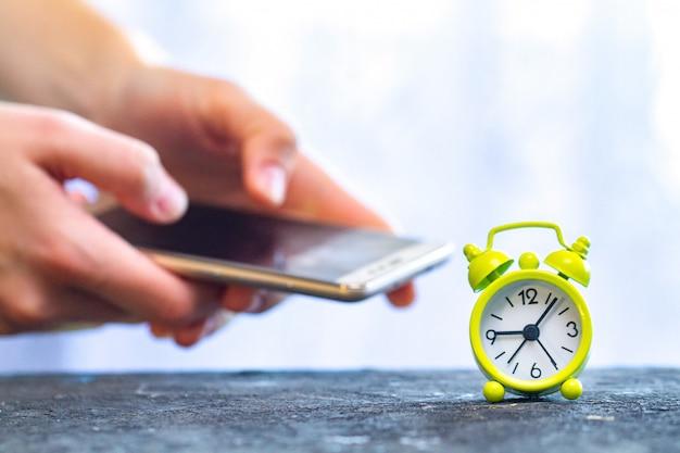 Abhängigkeit vom telefon und sozialen netzwerken