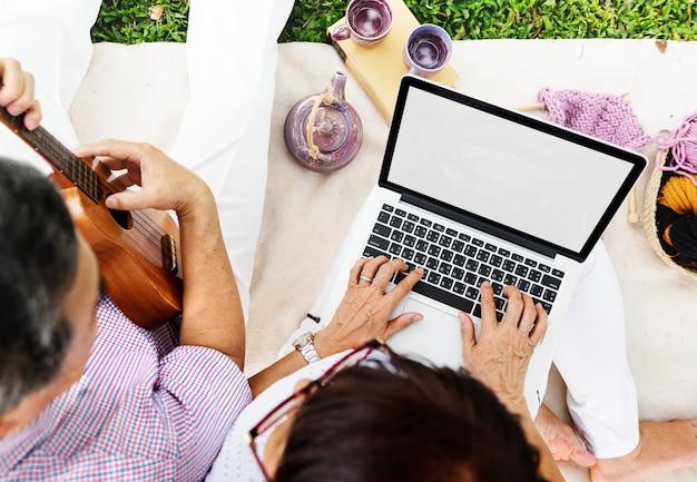 Abkühlender kühlender paar-musik-computer entspannen sich konzept