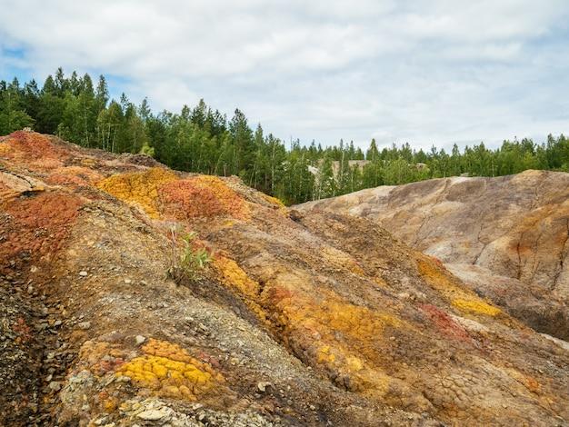Ablagerungen von feuerfesten tonen. großer steinbruch mit verschiedenfarbigem ton