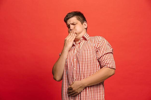 Ablehnen, ablehnen, zweifel konzept. zweifelhafter mann mit nachdenklichem ausdruck, der die wahl trifft. junger emotionaler mann.
