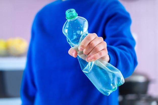 Ablehnung von plastikflaschen und plastik frei. stoppen sie plastik. umweltschutz und ökologische betreuung