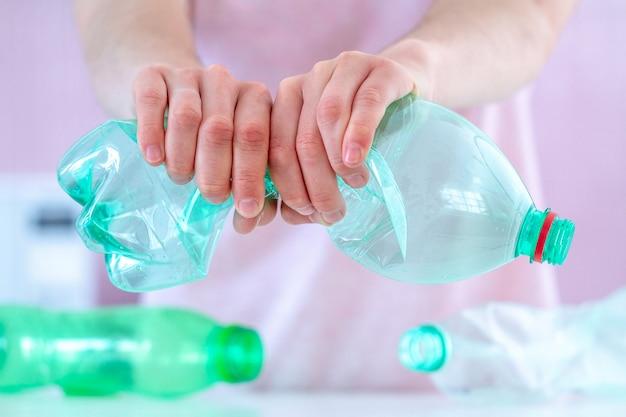 Ablehnung von plastikflaschen und stopp von plastik. umweltschutz