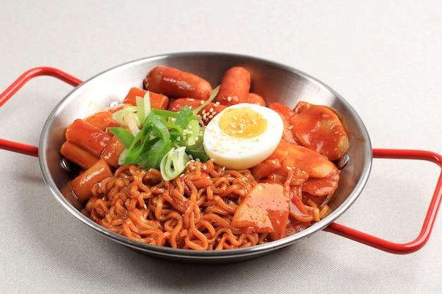 Abokki (ramen oder koreanische instant-nudeln und tteokbokki) in scharfer koreanischer sauce, mit halb gekochtem ei