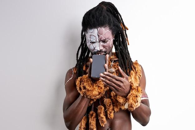 Aborigener mensch mit modernen technologien