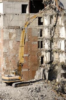 Abriss des gebäudes mit bagger-zerstörer