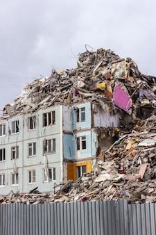 Abriss von gebäuden im städtischen umfeld. haus in schutt und asche.
