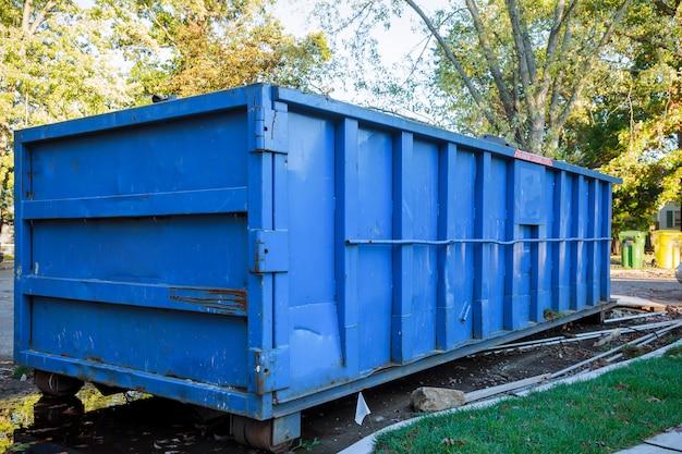 Abrollmüllcontainer gefüllt mit bauschutt
