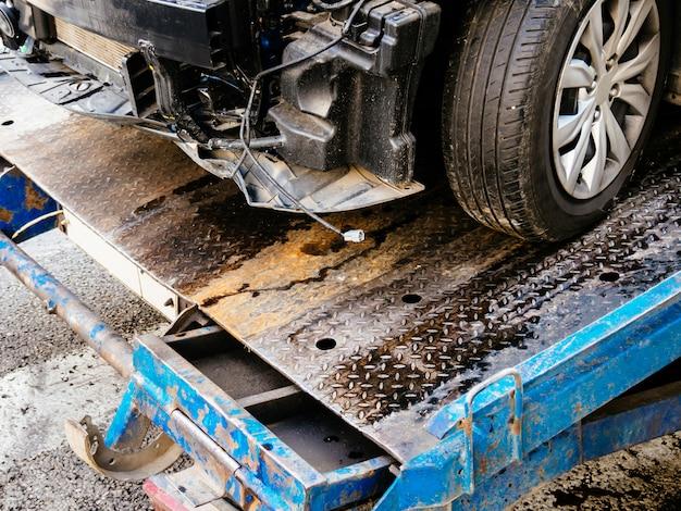 Abschleppwagen nimmt das auto bei einem unfall weg