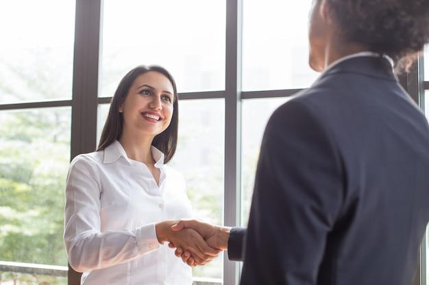 Abschließendes abkommen des netten überzeugten weiblichen managers