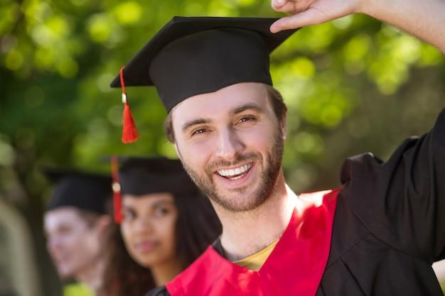 Abschluss. eine gruppe von absolventen, die glücklich und aufgeregt aussehen