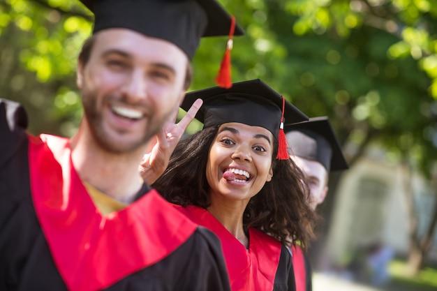 Abschluss. eine gruppe von absolventen, die sich glücklich und aufgeregt fühlen